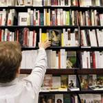 istat_libri_1_uomo_scaffale_libri_getty