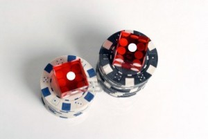 2435722-red-casino-dice-con-snake-eyes-mostrando-con-chip