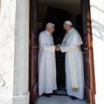 due_papi_insieme_in_vaticano_francesco_accoglie_il_suo_predecessore-330-0-362720