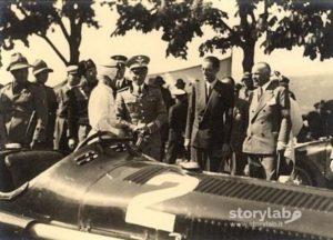 Bergamo, 19 maggio 1935: Tazio Nuvolari in tuta bianca mostra la sua Alfa Romeo ad  Adalberto di Savoia, duca di Bergamo