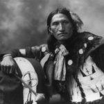 Il capo Sioux Eddie Plenty Holes in un'immagine del 1899.