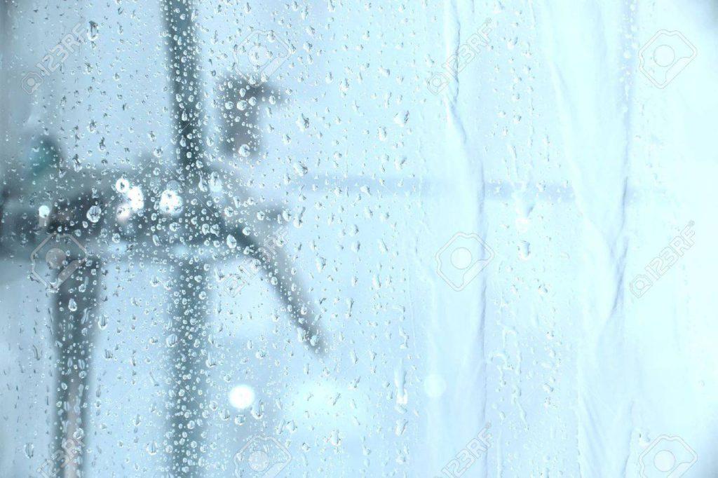 14780365-l-acqua-cadere-giù-il-vetro-di-una-doccia